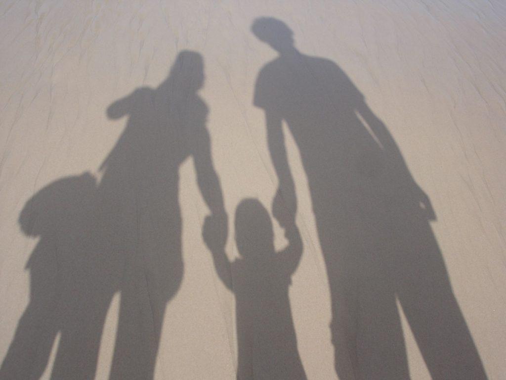 Schatten einer Familie im Sand