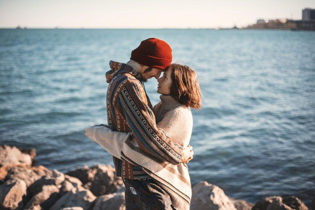 Glückliches Paar an der Küste