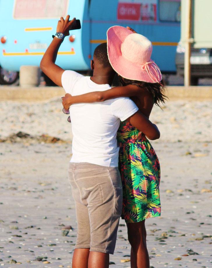 Dunkelhäutiges Paar am Strand